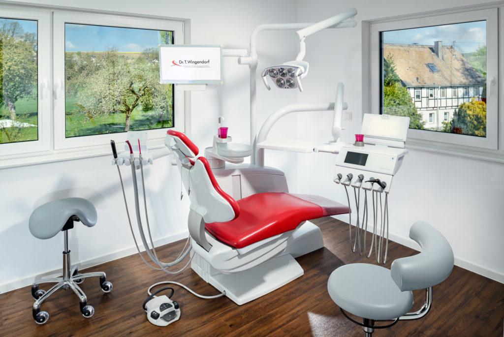Behandlungszimmer —Zahnarztpraxis Dr. Thomas Wingendorf Grevenbrück. Foto Dietrich Hackenberg - www.lichtbild.org